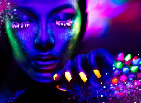 Mode femme à la lumière au néon, portrait d'un modèle de beauté avec le maquillage fluorescent Banque d'images