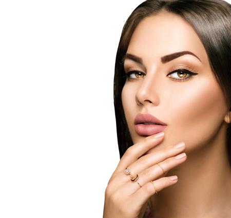 Совершенные женщина губ с бежевым матовой помады макияж