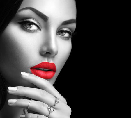 labios rojos: Belleza de la mujer retrato de la moda con maquillaje perfecto y uñas