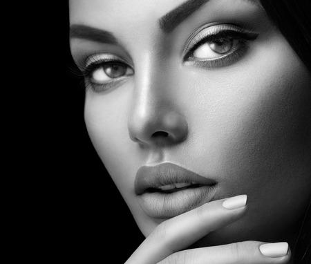 Beauty mode portret vrouw met perfecte huid, make-up en nagels