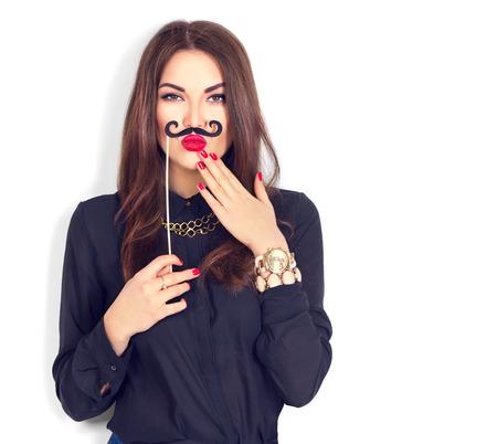 urprised модель девочка держит смешные усы на палочке