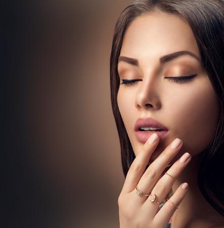 modelos desnudas: los labios de mujer perfectos con el l�piz labial maquillaje mate natural beige de la moda Foto de archivo