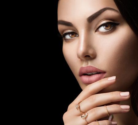 lábios perfeitos da mulher com moda fosco natural bege batom Imagens