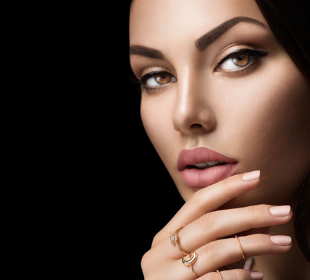 Perfecte vrouw lippen met mode natuurlijke beige matte lippenstift makeup