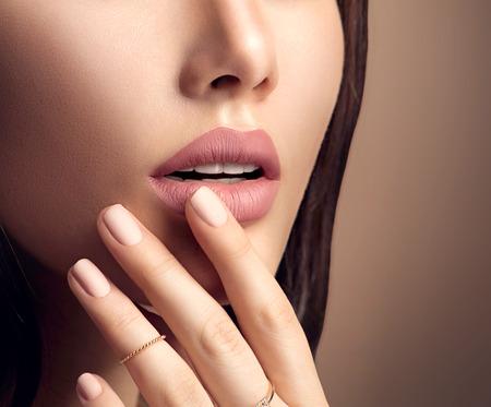 Le labbra di donna perfetta con il trucco rossetto naturale beige opaco moda Archivio Fotografico
