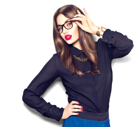 Beauté mode sexy modèle fille portant des lunettes, isolé sur fond blanc Banque d'images - 58674652