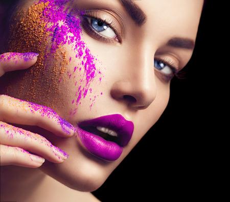 Красота женщина с яркой цветной макияж
