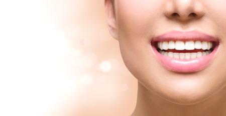 dientes sanos: sonrisa saludable. El blanqueamiento dental. concepto de atención dental Foto de archivo