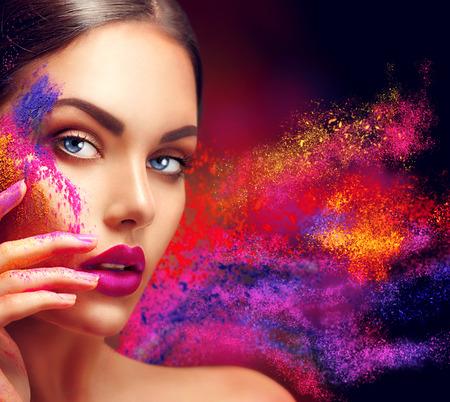 couleur: femme de beauté avec lumineux maquillage de couleur