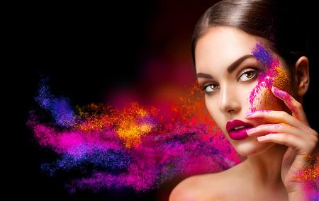 maquillage: femme de beauté avec lumineux maquillage de couleur