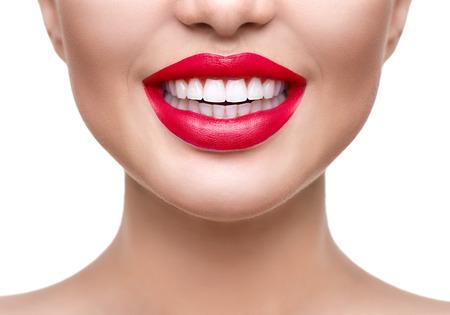 Wybielanie zębów. Zdrowe białe zbliżenie uśmiechu. Piękna dziewczyna z czerwonymi ustami odizolowane na białym