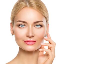 Beauty portrait de femme. Belle fille spa toucher son visage Banque d'images