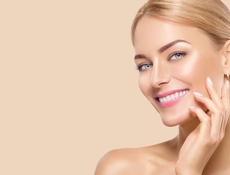 Красивая девушка со спа-центром, касаясь ее лицо и улыбается