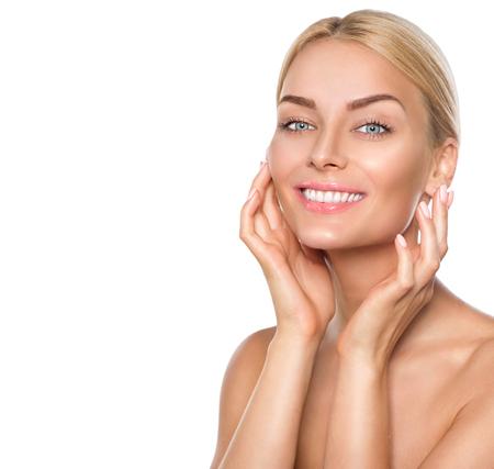 Beauty spa model meisje wat betreft gezicht en glimlachen