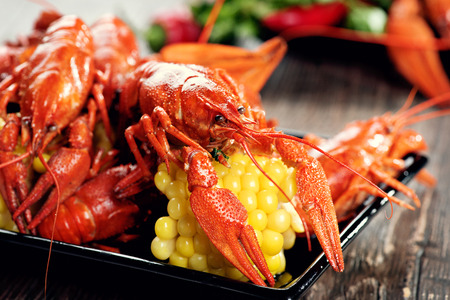 comida: Lagostim. fervura dos lagostins estilo crioulo servindo com milho e batata Banco de Imagens