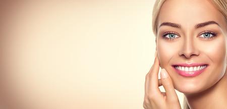 s úsměvem: Krása modelu žena tvář. Krásy dívka portrét Reklamní fotografie