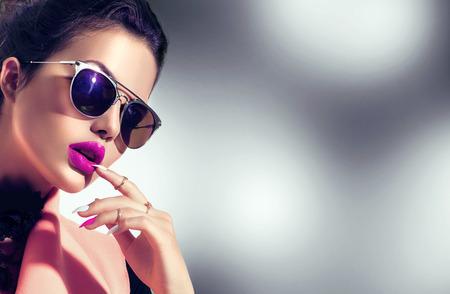 modello di ragazza sexy indossando occhiali da sole alla moda Archivio Fotografico