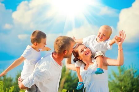 Счастливый молодой семьи с двумя детьми, с удовольствием вместе Фото со стока