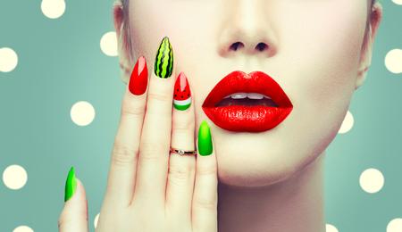 Watermelon Nagelkunst und Make-up Nahaufnahme über Polka Dots Hintergrund Lizenzfreie Bilder