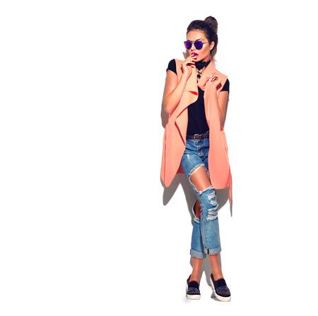 美容時尚的黑髮女子在時髦的衣服冒充 版權商用圖片