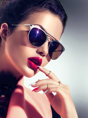 móda: Sexy modelka dívka, která nosí stylové sluneční brýle Reklamní fotografie