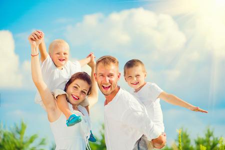 mládí: Mladá rodina se dvěma dětmi baví společně