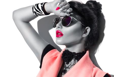 Beleza moda modelo menina retrato preto e branco, usando óculos de sol à moda