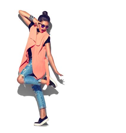 흰색 배경에 고립 된 패션 모델 소녀 전체 길이 초상화