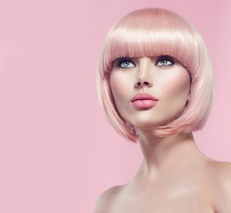 Schöne Glamour Mädchen mit kurzen blonden Haaren Standard-Bild