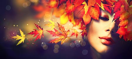 Осень. модель красоты девушка с красочными осенними листьями прическа