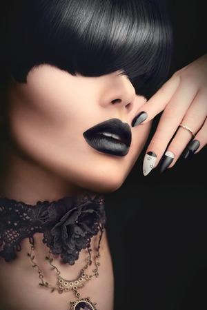 검은 고딕 헤어 스타일, 메이크업, 매니큐어 및 액세서리와 패션 모델 소녀