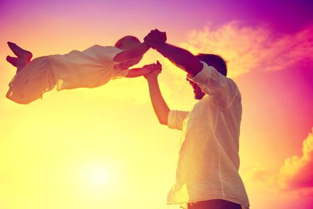 Ojciec z jego mały syn grać razem na wolnym powietrzu Zdjęcie Seryjne