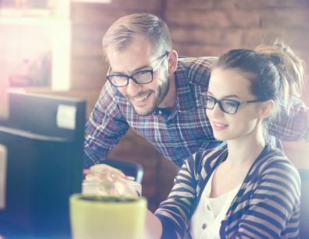 Young Casual Business-Paar im Büro mit Computer Standard-Bild