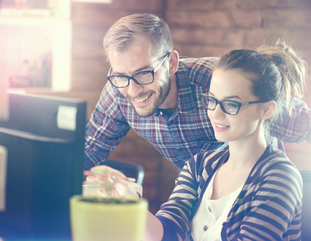 schöpfung: Young Casual Business-Paar im Büro mit Computer Lizenzfreie Bilder