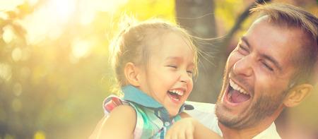 家庭: 快樂快樂年輕的父親與他的小女兒
