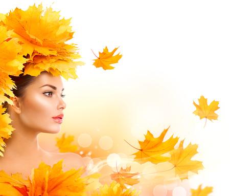 Herfst vrouw. Vallen. Model van de schoonheid meisje met de herfst Bright laat kapsel Stockfoto