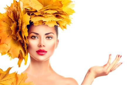 Vallen. Model van de schoonheid meisje met de herfst Bright laat kapsel. Meisje met lege kopie ruimte op open hand palm