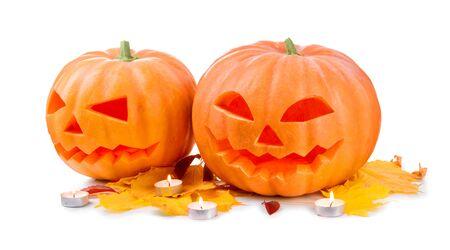 tallado en madera: De Halloween cabeza de calabaza linterna con velas encendidas aisladas en blanco