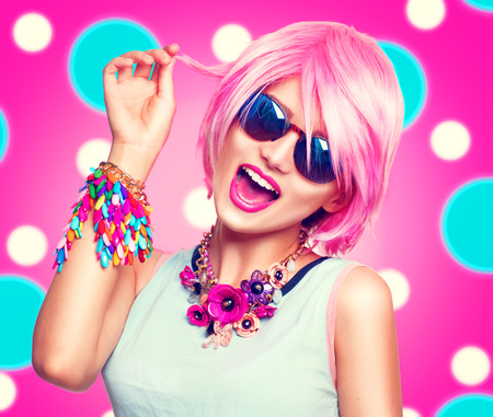 Beauté adolescente modèle avec des cheveux roses, accessoires colorés de la mode et des lunettes de soleil Banque d'images - 63175207