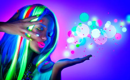 people: 時尚女性在霓虹燈。漂亮的模特女孩熒光化妝