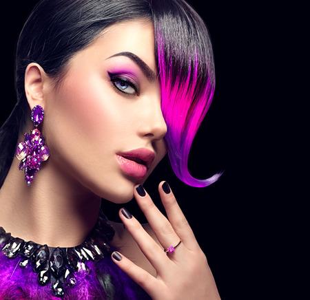 belleza de la mujer atractiva de la manera con el peinado púrpura flecos teñidos aislados sobre fondo negro