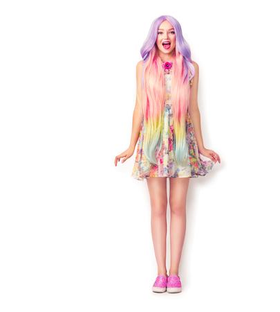 Mooie jonge vrouw met een lange kleurrijke haar. Volledige lengte portret