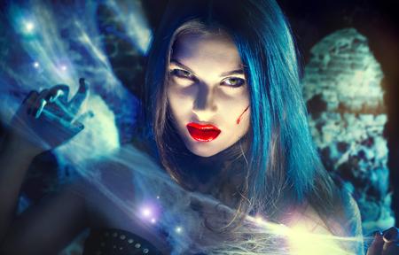 ハロウィン吸血鬼の女性の美しい肖像画。美しさセクシーな魔女