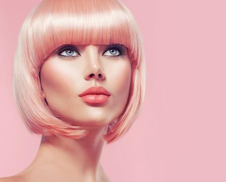 fashion: muchacha hermosa del encanto con el pelo rubio corto