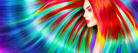 colorido: Chica modelo de manera de la belleza con el pelo teñido de colores Foto de archivo