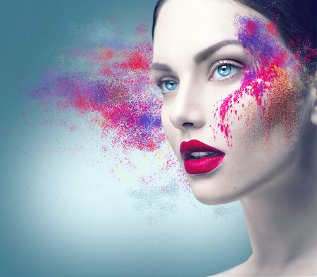 Retrato da forma do modelo da menina com maquiagem em p� colorido