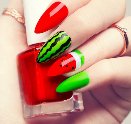 Nagel kunst. Watermeloen stijl heldere manicure voor lange nagels
