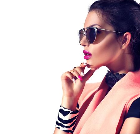 時尚: 美容時尚黑髮模型女孩穿著時尚的太陽鏡