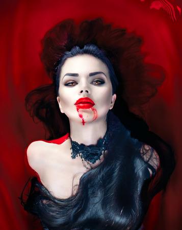 할로윈. 혈액으로 가득 찬 욕조에 누워 섹시 뱀파이어 여자