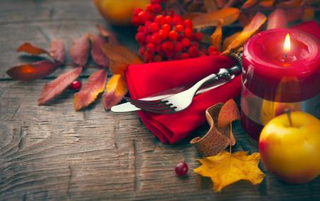 arandanos rojos: mesa de Acción de Gracias decorado con hojas de otoño brillantes